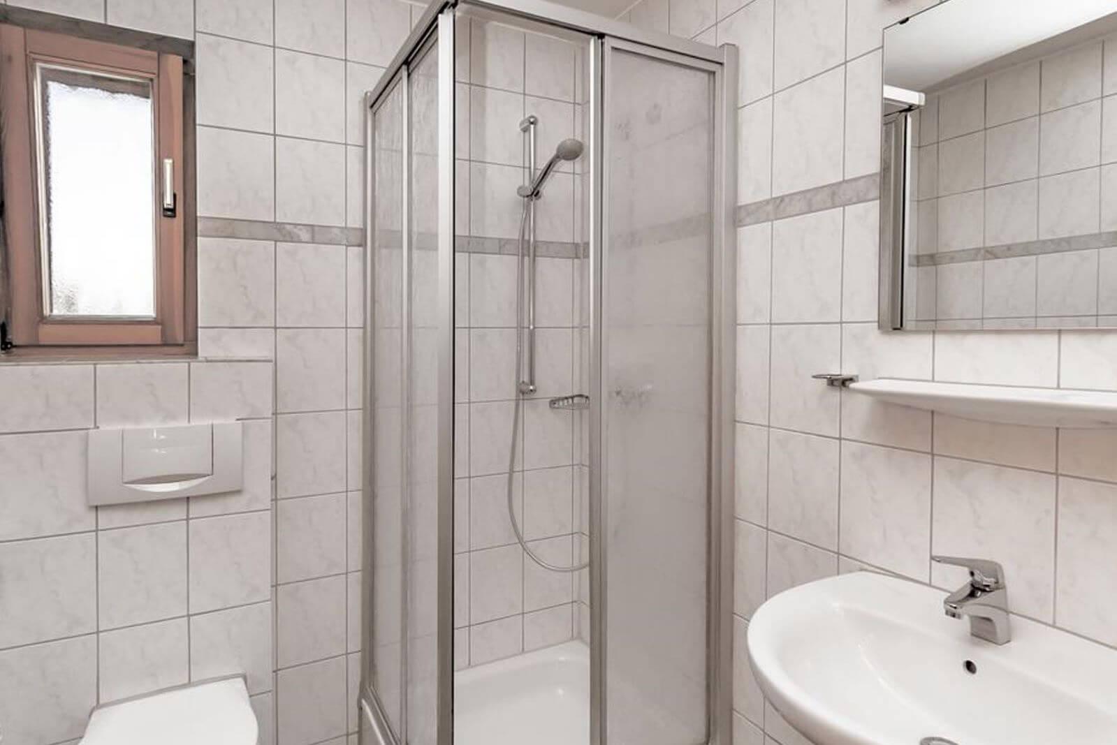 badezimmer-hotel-bett-fruehstueck-riedstadt