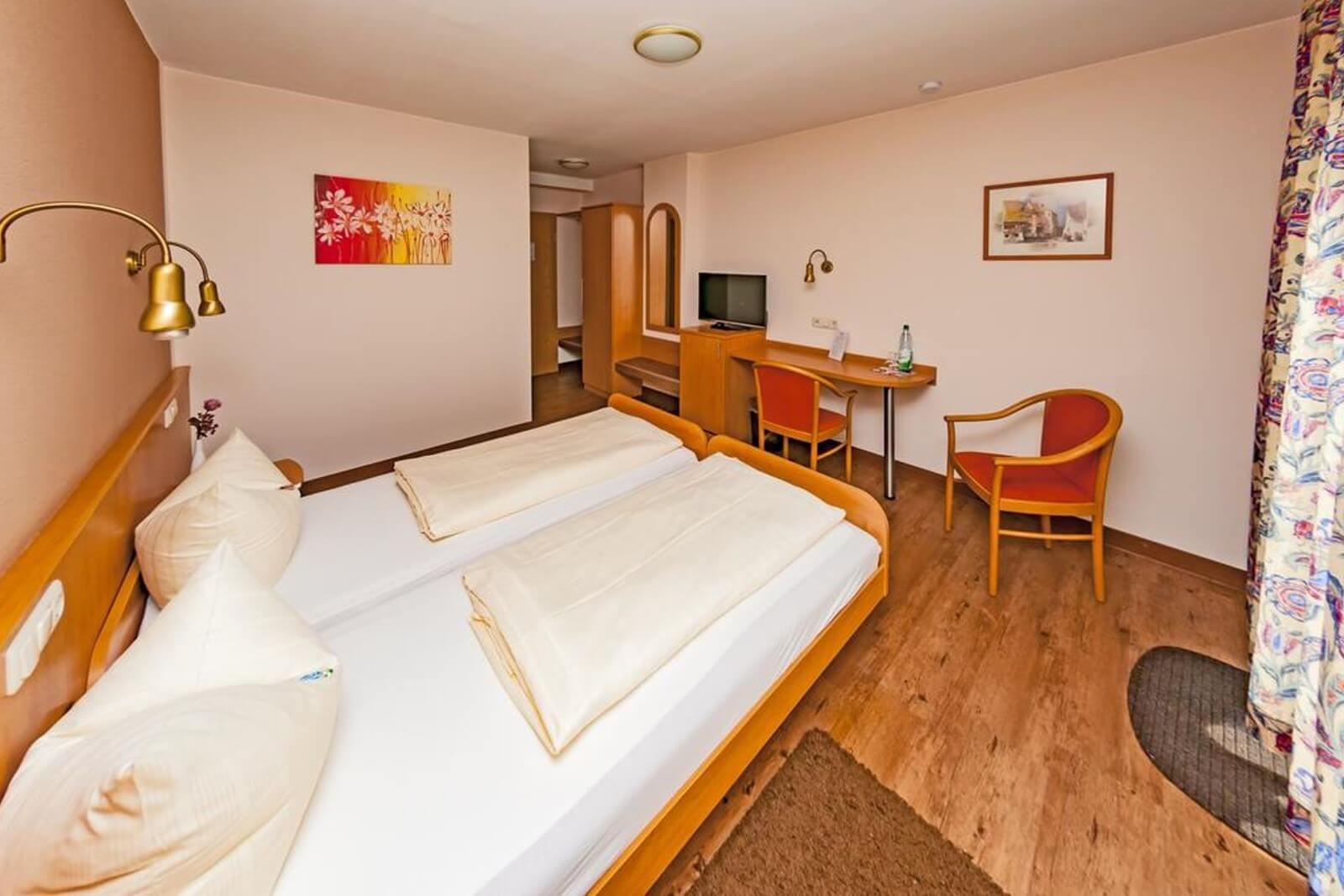 doppelzimmer-komfort-hotel-pension-bett-fruehstueck-riedstadt2