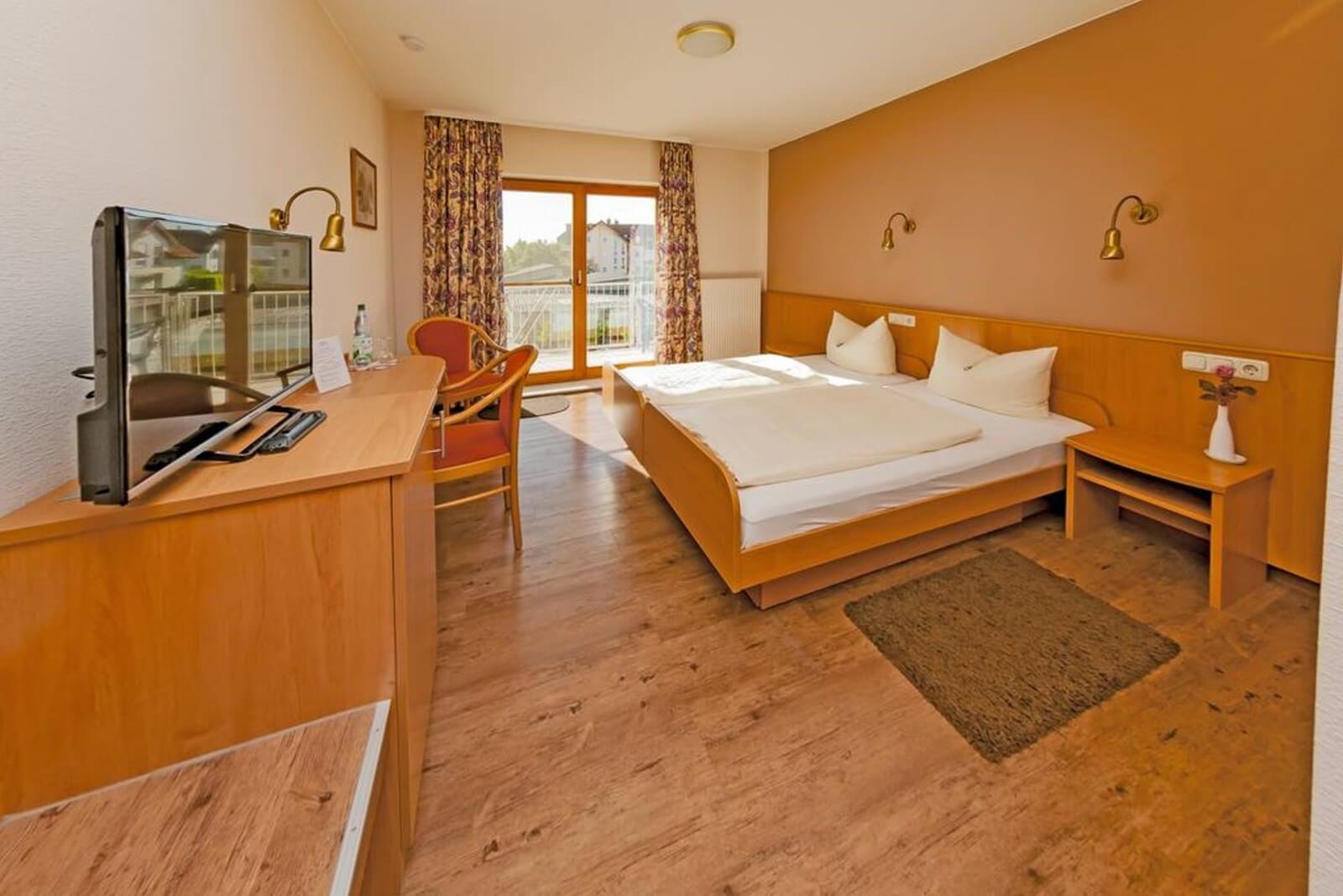 doppelzimmer-komfort-hotel-pension-bett-fruehstueck-riedstadt5