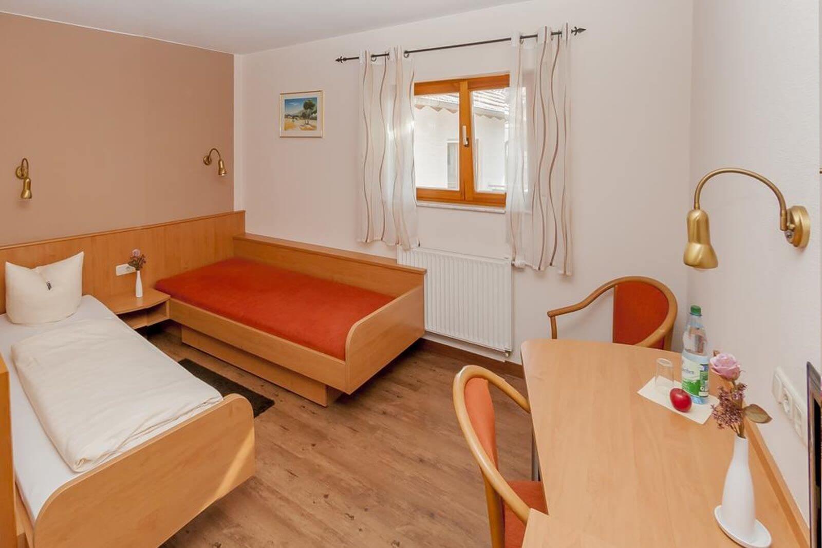 doppelzimmer-standard-hotel-pension-bett-fruehstueck-riedstadt