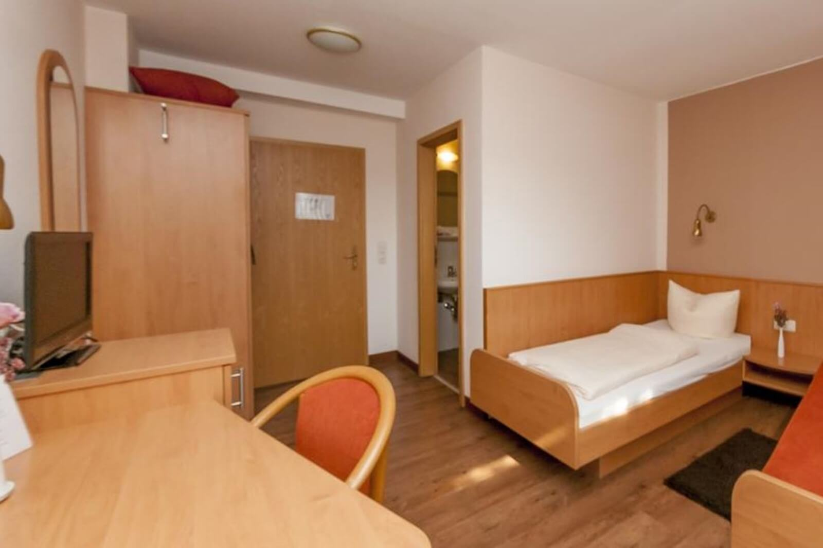 einzelzimmer-komfort-hotel-pension-bett-fruehstueck-riedstadt