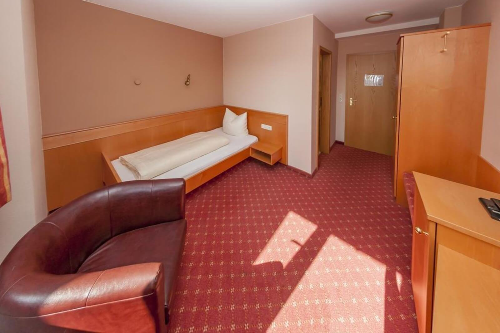einzelzimmer-standard-hotel-pension-bett-fruehstueck-riedstadt2