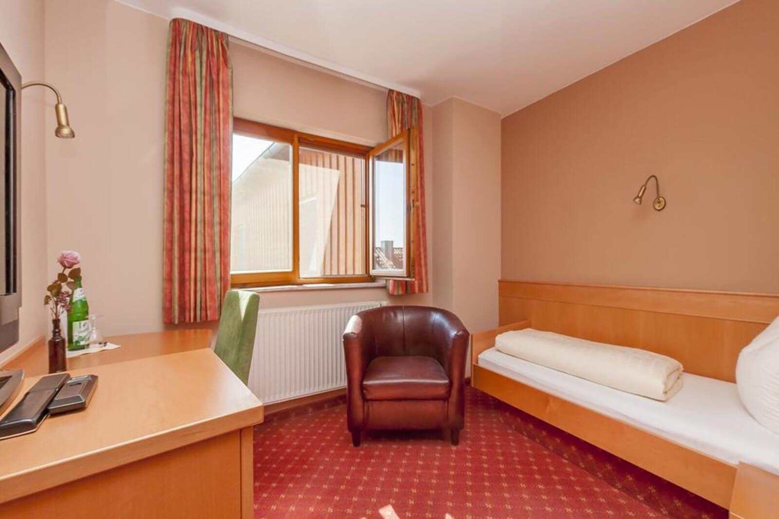 einzelzimmer-standard-hotel-pension-bett-fruehstueck-riedstadt4